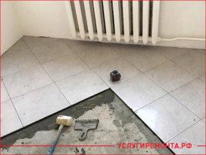 Укладывание плитки на ровный пол в кухне
