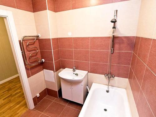 Готовый ремонт ванной в красном цвете