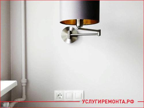 Установка розетки и светильника на стене