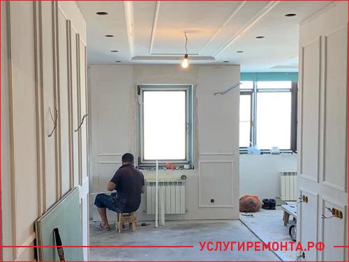 Мастер меняет проводку в квартире при капитальном ремонте