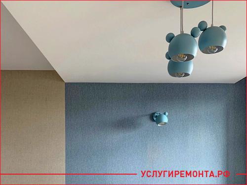 Два цвета обоев на стене разграничивающих кухню и гостинную