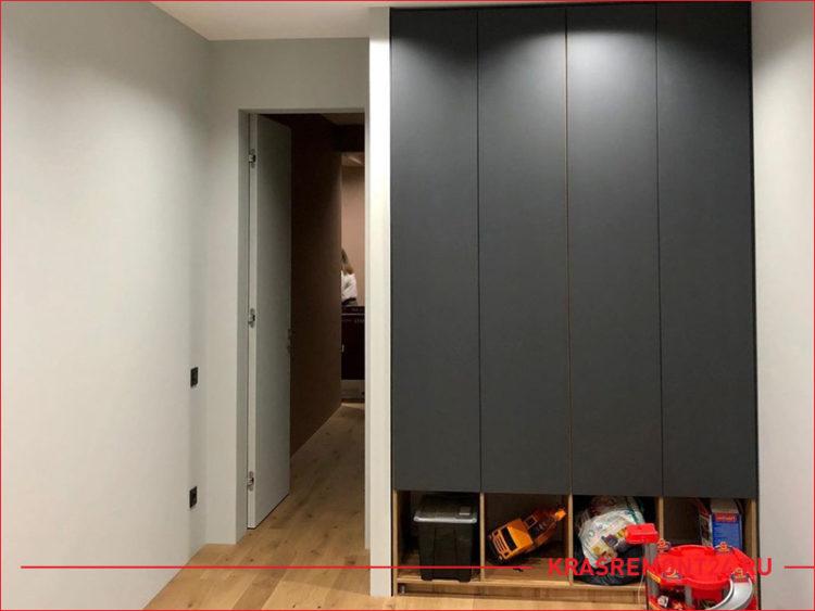 Встроенный серый шкаф для одежды и игрушек