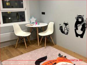 Столик и два стула в детской комнате