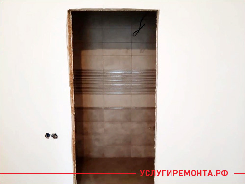 Начало установки межкомнатной двери в квартире