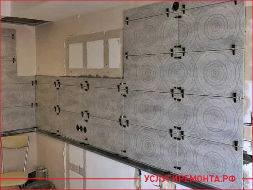 Процесс ремонта кухни, этап укладки плитки на стену