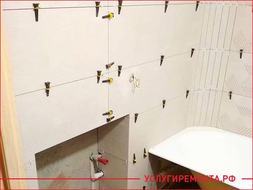 Укладка светлой плитки ванной комнаты на ровные стены