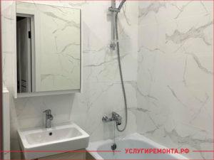 Закончен ремонт ванной комнаты с белой плиткой с узорами