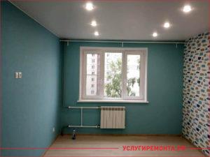 Косметический ремонт комнаты в синем цвете с цветастыми обоями