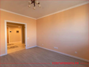 Бежевый цвет комнаты после ремонта комнаты с белыми плинтусами