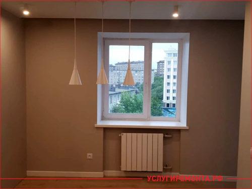 Бежевый цвет стен в комнате с длинными светильниками