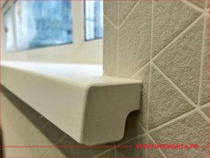 Пластиковый подоконник и флизелиновые серые обои на стене