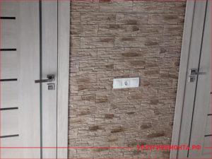 Декоративный камень на стене между комнатами