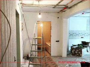 Стремянка в коридоре в котором идет ремонтемонт квартиры в коридоре