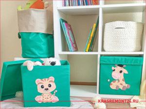 Деревянный стелаж и мягкие ящики под игрушки в детской